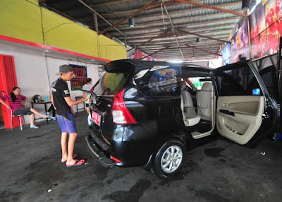 PELUANG: Usaha cuci mobil kini bermunculan seiring meningkatnya pertumbuhan kepemilikan kendaraan roda dua empat. HARYADI/PONTIANAK POST