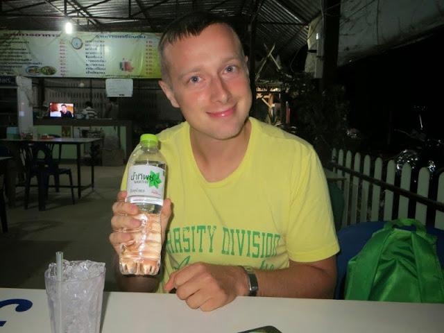Парень в тайском кафе!