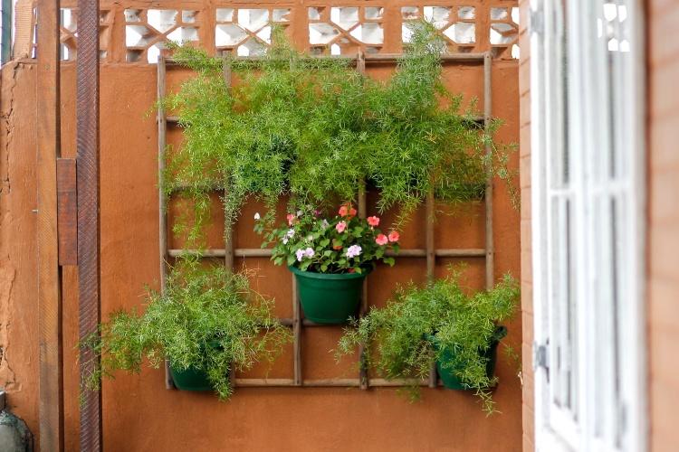 decoracao muros jardim:Bom e para terminar, mais um jardim vertical, feito com cabos de