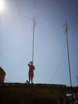 Rogerio fazendo manutenção na antena