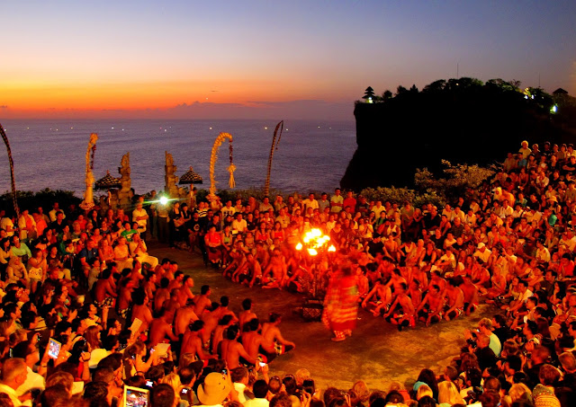Sunset at ULUWATU TEMPLE for your things to do in Bali holidays 3