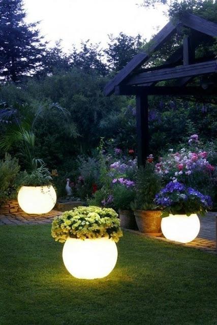oświetlenie LED w ogrodzie doniczka