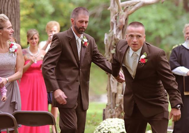 O pai da noiva, Todd Bachman, surpreendeu o padrasto dela ao pedir que ele também a levasse ao altar.