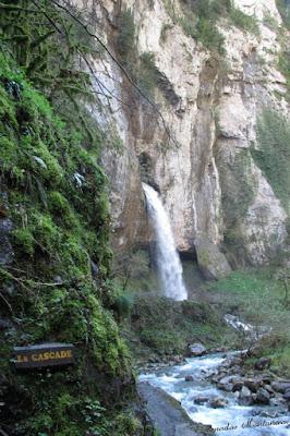 Vista a la cascada delas gorges de Kakouetta.