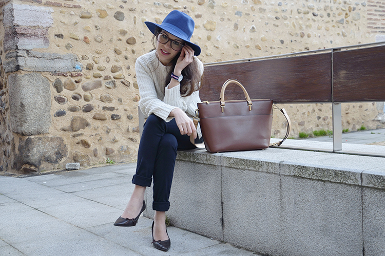 office-look-outfit-oficina-gafas-fedora-working-girl-trends-gallery