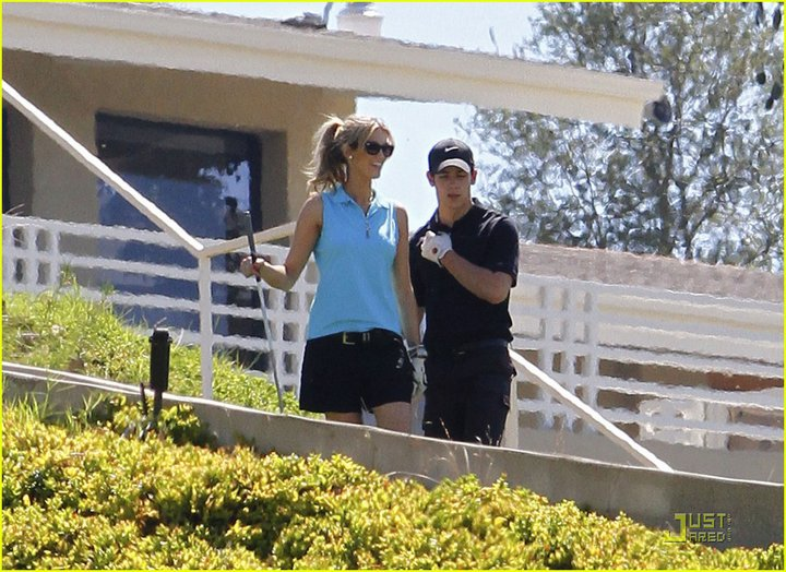 Nick y Delta juegan golf el fin de semana 282081_230727856965619_117643018274104_623294_4030204_n