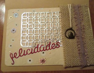 Primer plano de tarjeta para mi madre con foil charm y rafia
