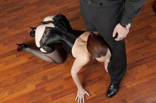 submissa de quatro se esfregando nas pernas do Dono - BDSM