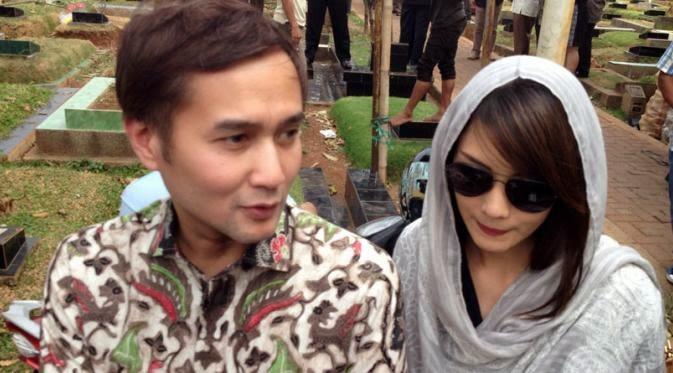 Aldi Bragi dan Ririn ketika menghadiri pemakaman mantan kekasih Riri, Benny Mulya