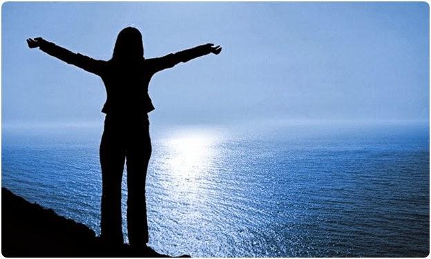 Mulher contemplando o mar