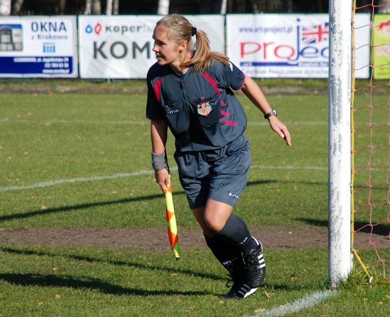 Kobieta sędziująca mecz Młodej Ekstraklasy - fot. Tomasz Janus / sportnaukowo.pl