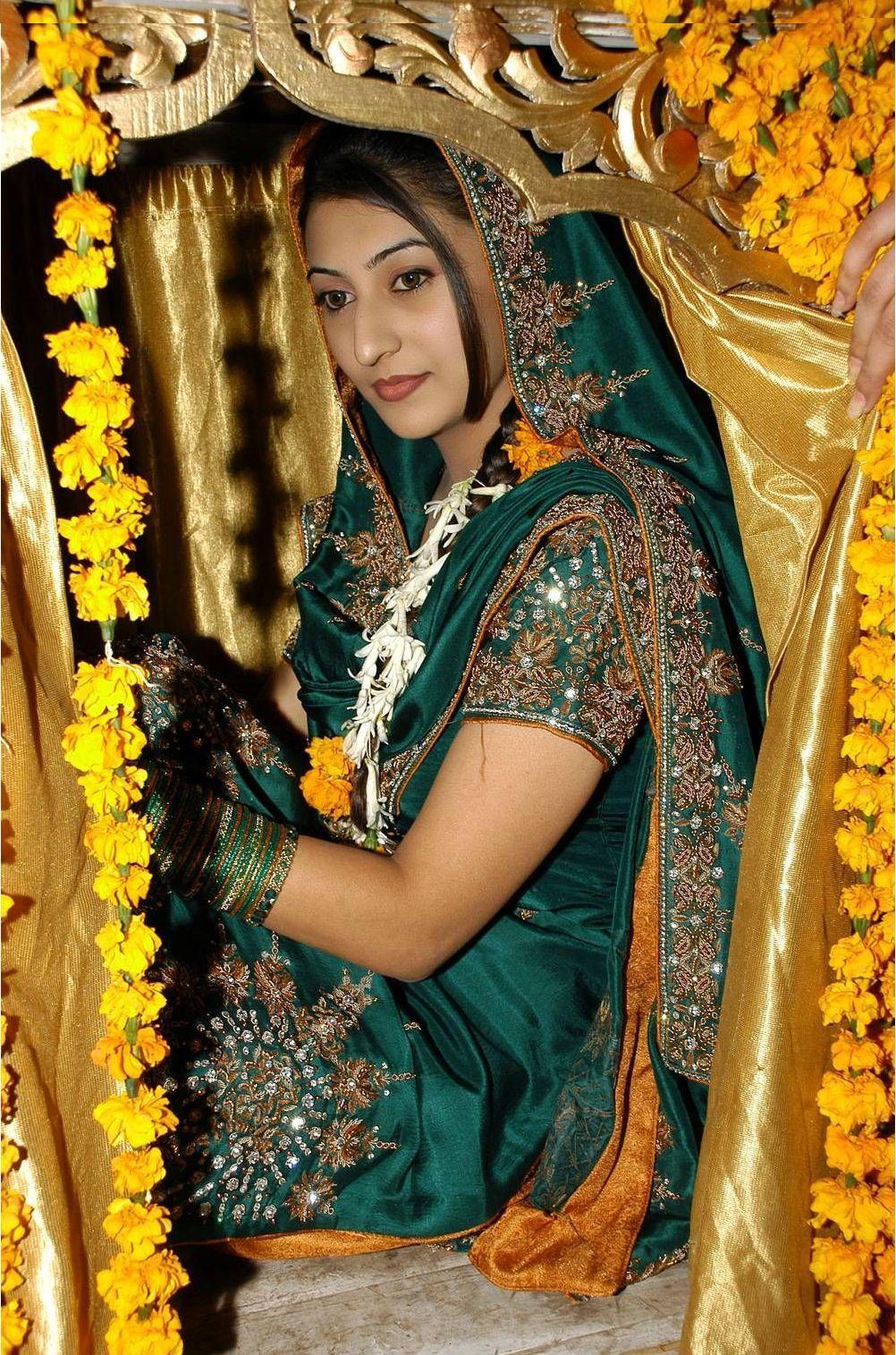 Mehndi dresses for brides fashion pakistan bridal for Pakistani wedding mehndi dresses