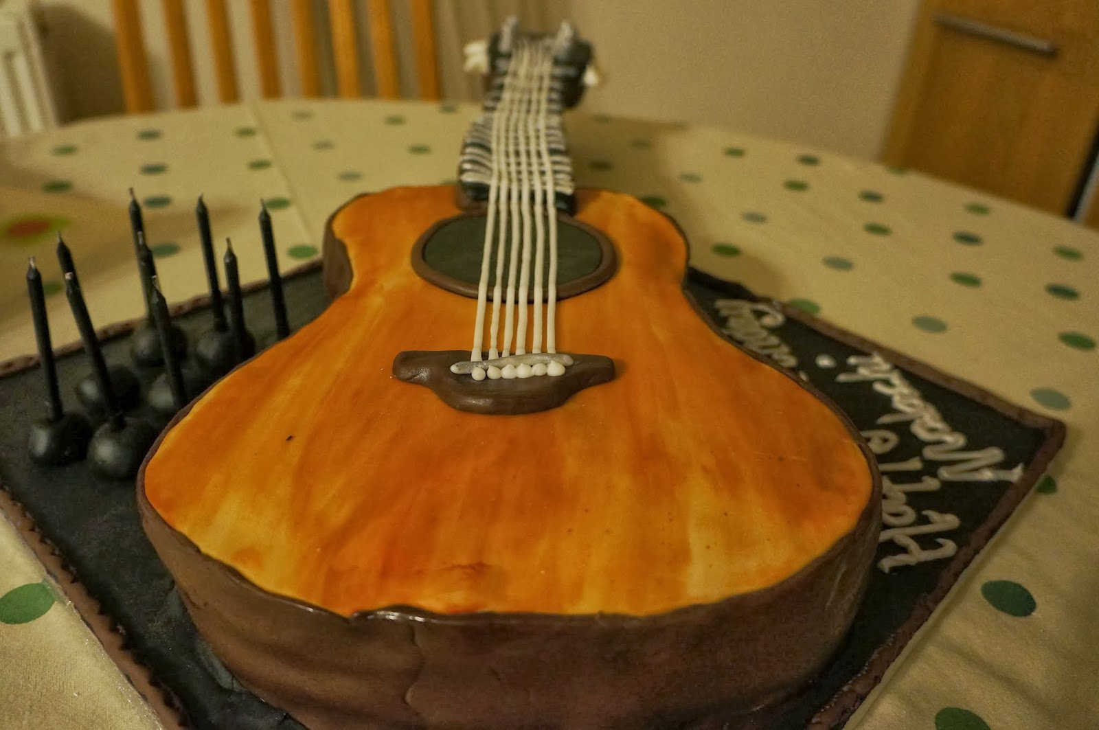 Guitar Birthday Cake Images : eatbakecake: cake...the acoustic guitar birthday cake