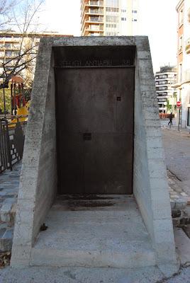 Entrada principal refugi antiaeri. Girona. Jardí de la Infància. Guerra Civil. Altres llocs d'interès.