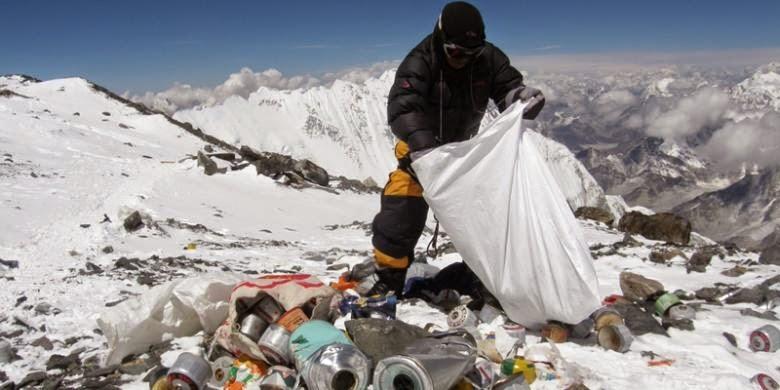 Nepal Wajibkan Pendaki Everest Bawa Turun Sampah