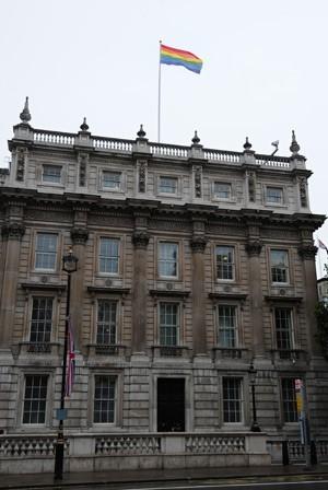 A bandeira do arco-íris, que simboliza o orgulho LGBT, ondulava acima do Gabinete do Governo no centro de Londres, em 6 de julho de 2012. (Foto: AFP)
