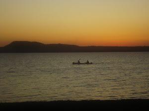 """"""" El lago que al atardecer todavia es azul, en Ypacaraí ponele"""" 10/12/11"""