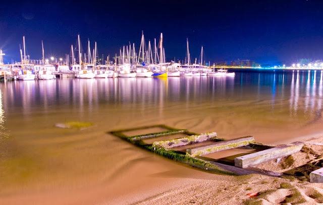 Barques del moll de Palamós a la nit