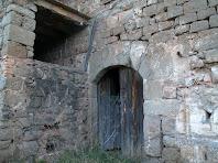 Detall del portal del mas de Sant Pere de les Cigales