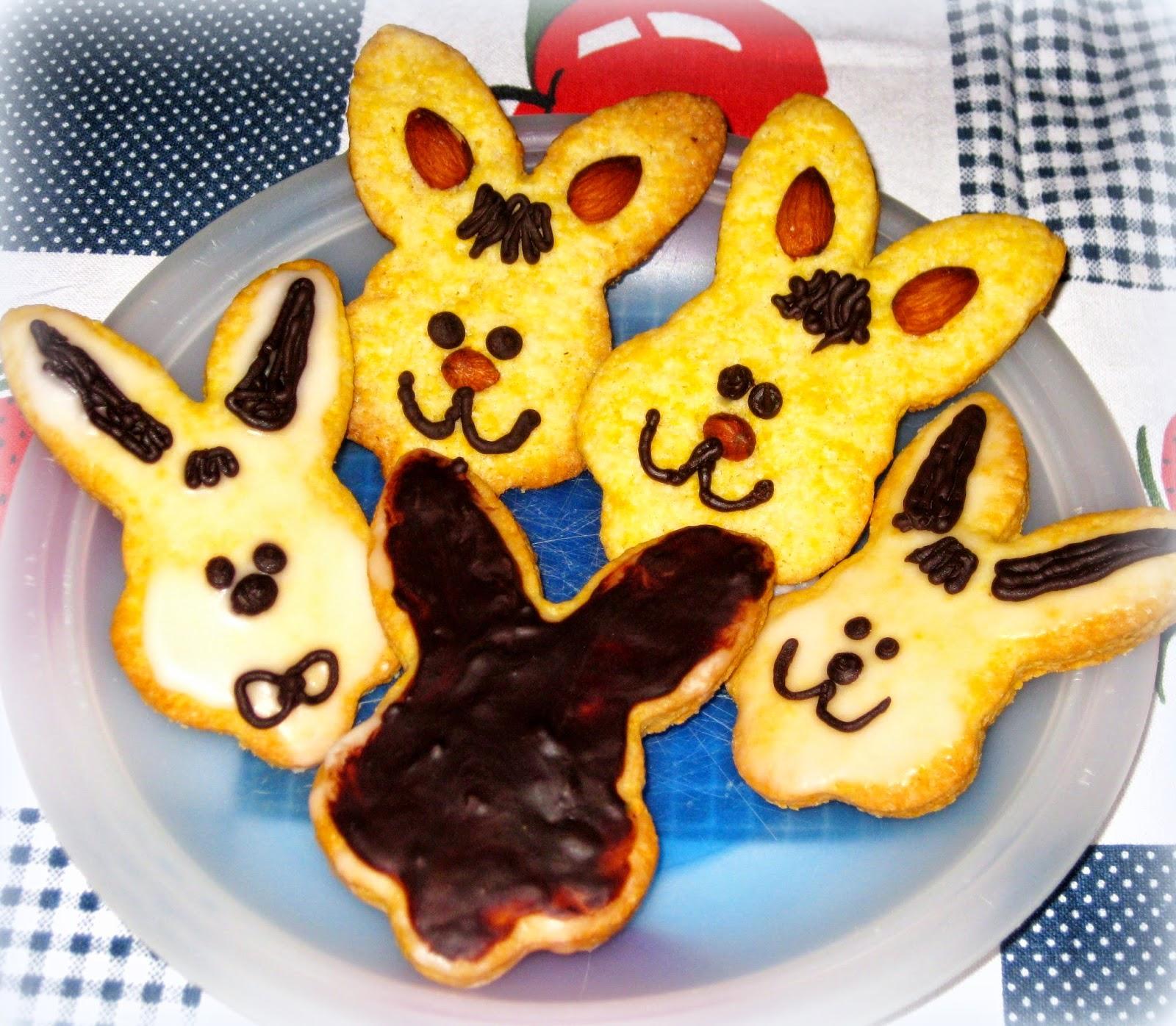 Per Pasqua voglio preparare dei Biscotti molto semplici, ma decorati con glassa bianca e nera.