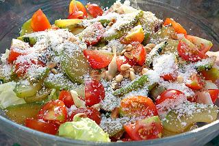 Зелёный салат с кабачками и кедровыми орешками