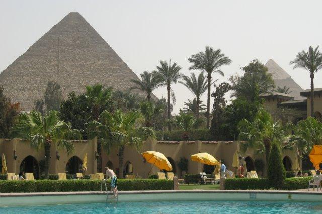 Piscina con vistas a las pirámides en el Hotel Mena House Oberoi en Giza, Guiza, El Cairo, Egipto