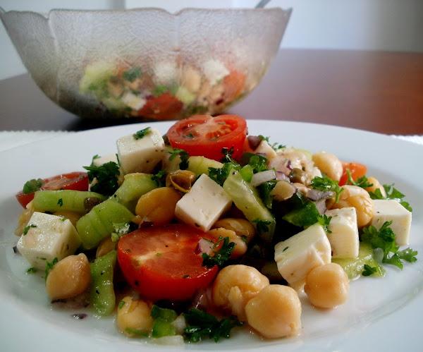 Ensalada de garbanzos con queso, pepino, tomates y perejil rizado. Rica y completa