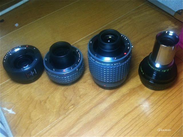 幾隻加倍鏡/延焦鏡,適用性不太相同。左起 AF 1.7x,  A 1.4x-L, A2x-L, Televue PowerMate 2.5x