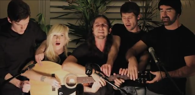Hebat - Satu Gitar Dimainkan Seramai Lima Orang.