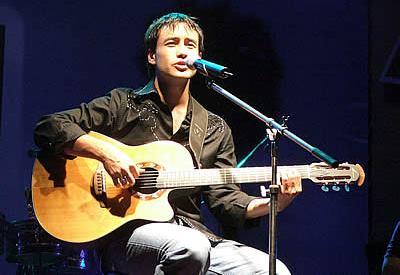 Luciano Pereyra cantando en concierto