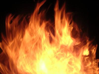 Kenapa Manusia Bisa Berjalan di Atas Bara Api Tanpa Terbakar