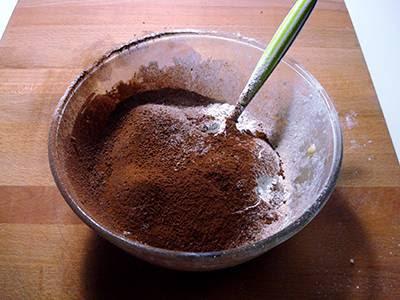 Crostata di cioccolato e more: aggiungere farina e cacao