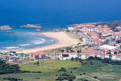 Fascinante ciudad junto a la costa en la Isla Cantabria, España. - Coast village cantabria island spain