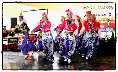 Indonesian girls performing turk dance