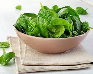 الخضروات الورقية مفيدة في علاج الشعر الابيض