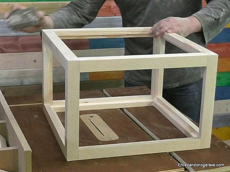 Lijar bien toda la estructura de madera de la vitrina expositora.. www.enredandonogaraxe.com
