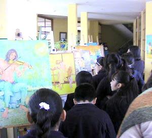 Pequeños alumnos de la comuna visitando la muestra