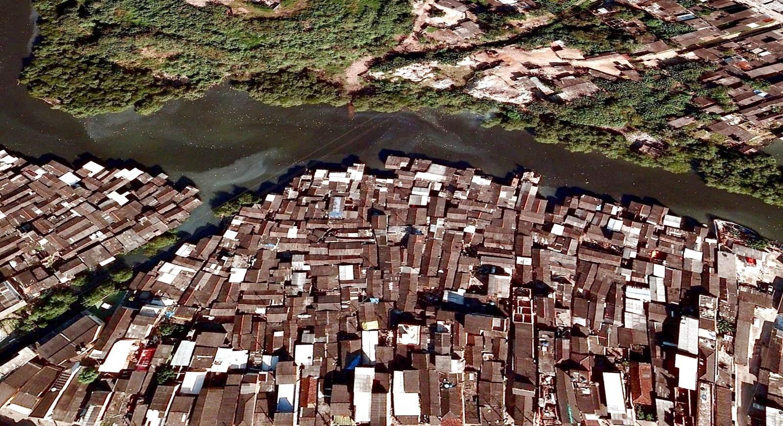 Favelas de palafitas ocupam enormes áreas de manguezal. Imagem: Google Earth