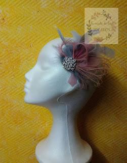 tocado con plumas en rosa y gris y broche plata