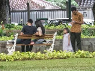 Bangku taman Jakarta sering dipakai pacaran (foto: Detik.com)