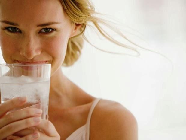 Mulher com um grande copo de água