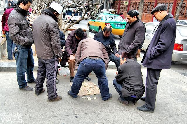 gente jugando en una calle de xian china