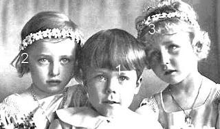 Prinsessene Ragnhild og Astrid som KronprinsesseIngrids brudepiker, samt grev Gustaf Bernadotte av Visborg.