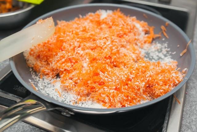 Обжарьте морковь и кокосовую стружку