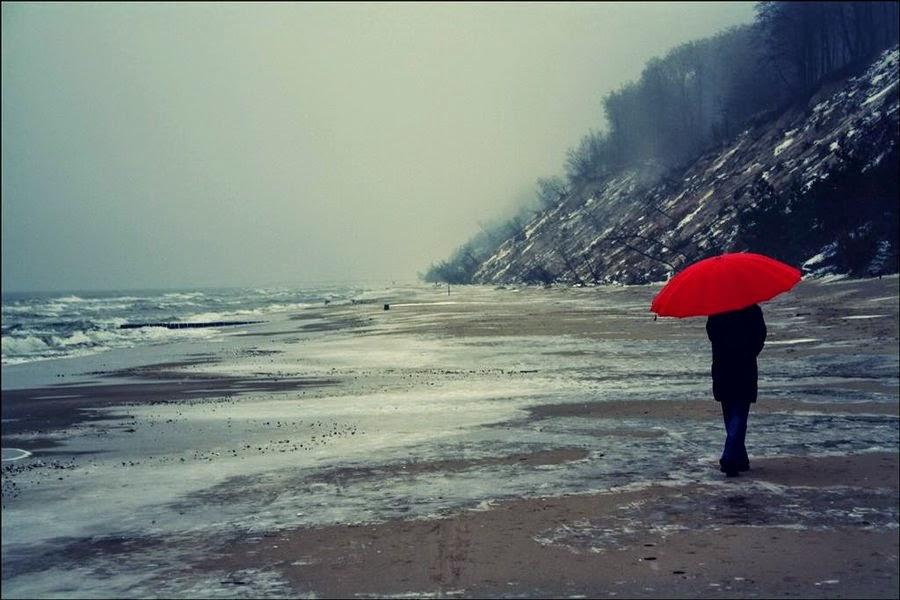 persona caminando mar