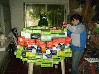 Cecilia construyendo el árbol de navidad reciclado.