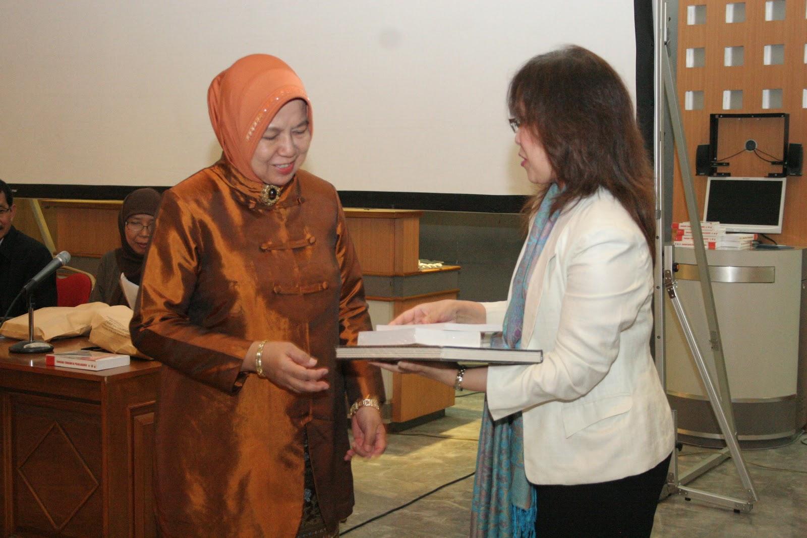 Ely Nugraha, plh MKAA Bandung (kanan) menyerahkan kenang-kenangan kepada keluarga Arie F Lasut usai pemutaran film dan diskusi. (Foto: Dok. MKAA Bandung)