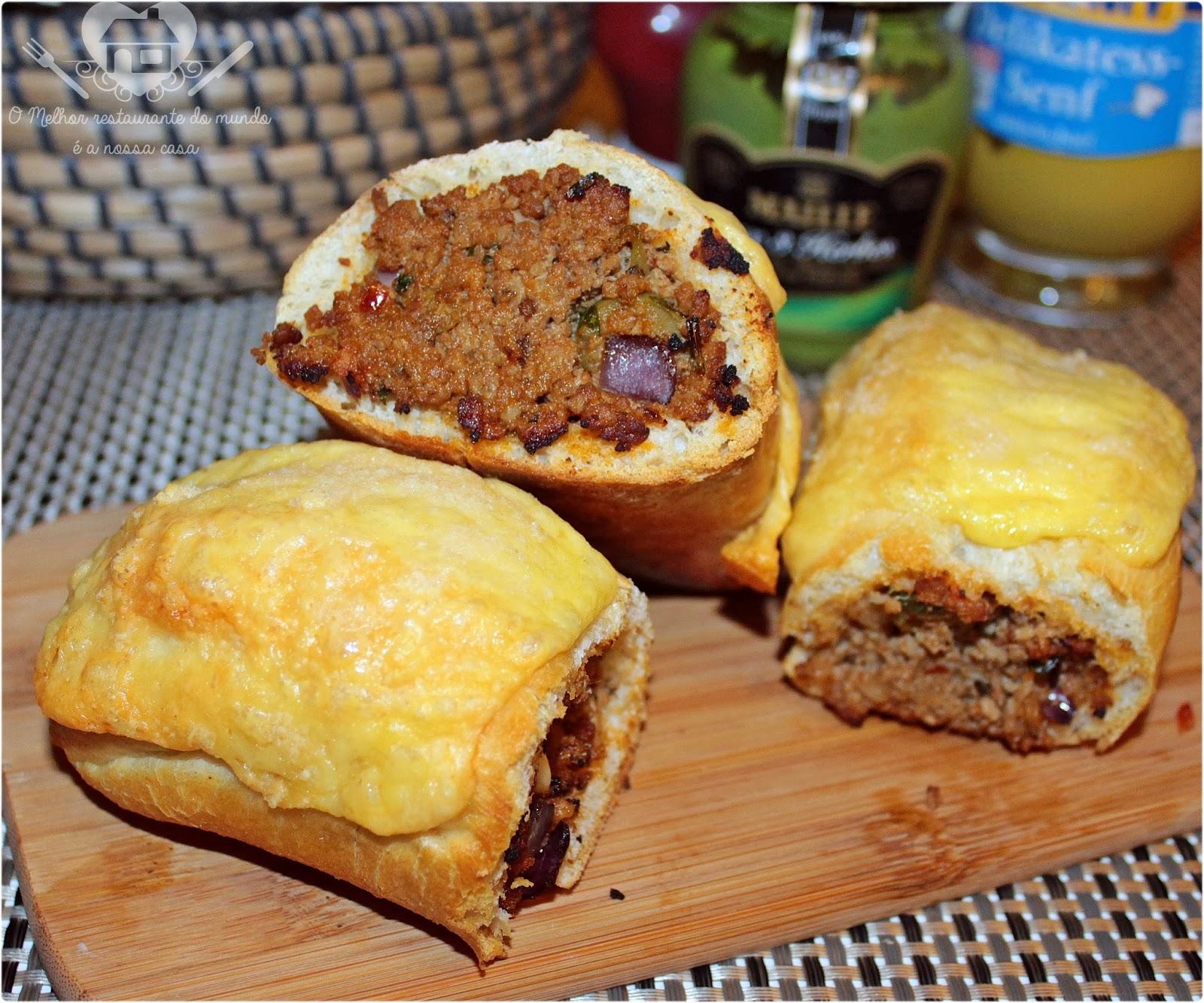 Receia fácil de buraco quente com recheio de carne moída e queijo derretido para o lanche da tarde