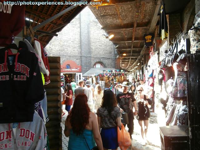 Clothing stalls in Camden Market. Puestos de ropa en Camden Market.