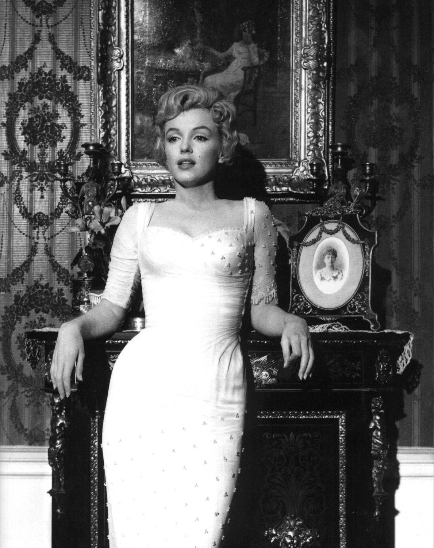 http://4.bp.blogspot.com/-fqEZFEQ3CkM/UB_i3ZK6LRI/AAAAAAAAEUQ/4UiXuS9BBMA/s1600/Marilyn_Monroe,_The_Prince_and_the_Showgirl,_1.jpg